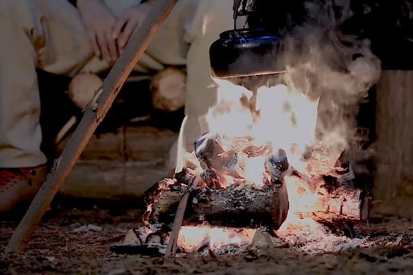 直火で焚火