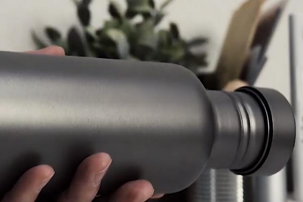 軽量なチタン製の水筒