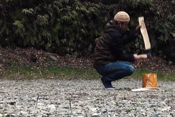 大鳩園キャンプ場で薪割り