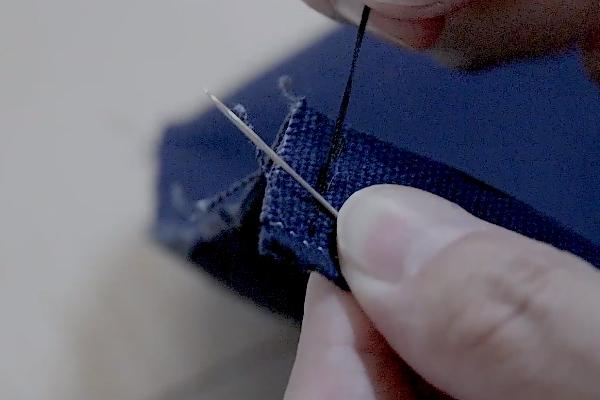 帆布を手縫い