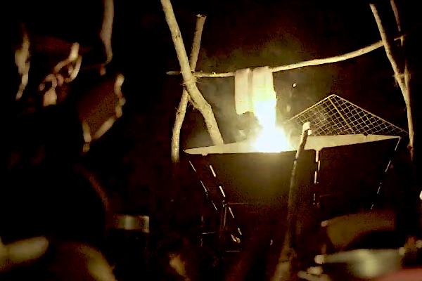 焚火で吊るしベーコン