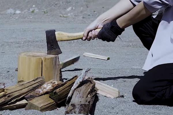 河原で薪割り
