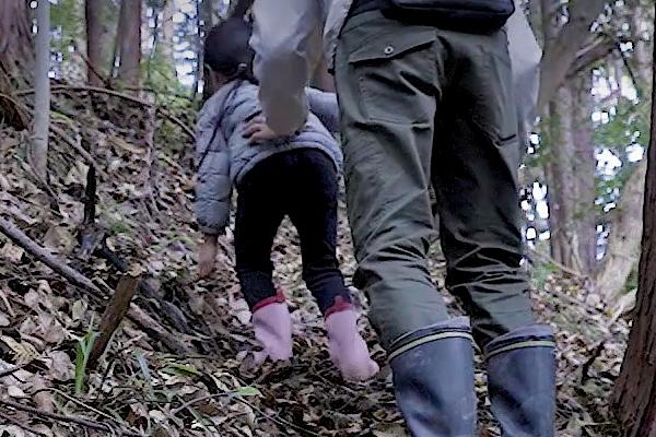 娘と山の中を散策